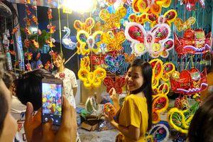 Chen chúc tại phố lồng đèn Lương Nhữ Học mùa trung thu