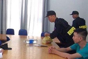 Cảnh sát mật phục, bắt quả tang đối tượng ném 'bom bẩn' vào nhà dân