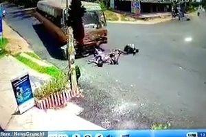 Xe máy đối đầu với xe buýt, 3 gã say thoát chết kỳ diệu