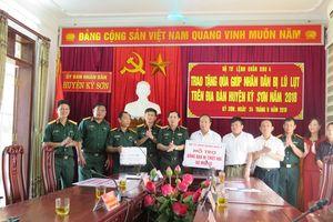 Quân khu 4 tặng 270 triệu đồng cho đồng bào Kỳ Sơn bị thiệt hại do lũ lụt