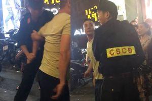 Bị hạ gục vì chạy xe vào phố đi bộ còn chửi và hành hung CSCĐ Hà Nội