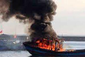 2 tàu cá của ngư dân Thanh Hóa bỗng dưng bốc cháy