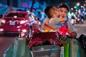 Nghẹn lòng trước cảnh cậu bé hôn mẹ trên chiếc xe chở đầy ve chai trong đêm Trung thu