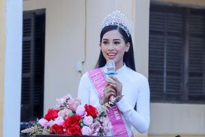 Hoa hậu Trần Tiểu Vy về trường cũ tại Hộ An tặng học bổng, dự lễ chào cờ đầu tuần