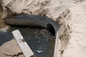 Nước thải bốc mùi hôi thối ồ ạt tràn ra biển Nha Trang
