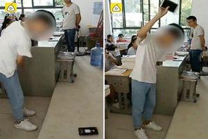 Thầy giáo gây bức xúc khi phạt học sinh tự đập vỡ điện thoại ngay trong lớp