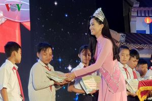 Hoa hậu Trần Tiểu Vy vui hội Trung thu với các em nhỏ tỉnh Quảng Nam