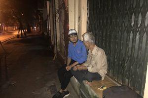 Giới trẻ tặng quà cho người vô gia cư trong đêm trung thu