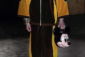 Người mẫu mang đầu chuột Mickey trong show thời trang