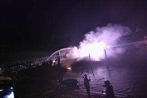 Tàu cá neo đậu tại âu thuyền đột nhiên bốc cháy