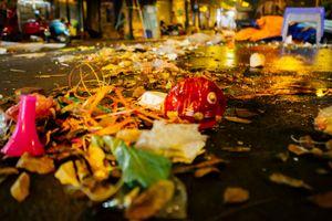 Biển rác sau đêm Trung thu trên phố cổ