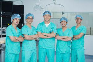 Những bàn tay nắm lấy bệnh nhân trong phút sinh tử