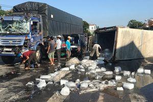 Xe chở đá lật ngang sau khi bị xe tải tông trúng