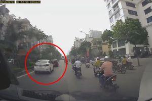 Vừa chạy vừa dừng, nữ tài xế ô tô bị xe khác tạt đầu 'dằn mặt'