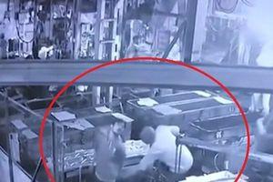 Sếp trêu đùa nhân viên bằng máy nén khí dẫn đến tử vong