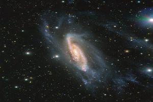 'Soi' tiểu hành tinh lạ lấp ló sau thiên hà lấp lánh