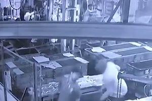 Ông chủ trêu đùa khiến nam nhân viên chết tức tưởi