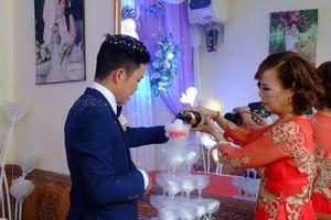 Cô dâu 61 chú rể 26 tuổi livestream 'tạm biệt' phòng tân hôn để bắt đầu cuộc sống mới
