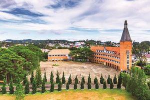 Thăm ngôi trường có kiến trúc Pháp cổ thuộc dạng đẹp nhất Việt Nam: Quanh năm sương mù bao phủ, tha hồ ngắm hồ Xuân Hương ở Đà Lạt