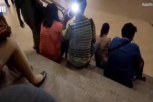 Vờ nghe điện thoại, người đàn ông lén chụp ảnh cô gái mặc váy hớ hênh trên cầu thang