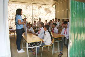 Trường THPT Tô Hiến Thành (TP Thanh Hóa) tặng sách, vở cho học sinh trường THCS Trung Thành (Quan Hóa)