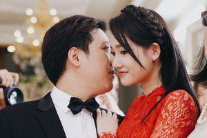 Cô dâu Nhã Phương diện áo dài đỏ truyền thống liên tục cười hạnh phúc cạnh ông xã Trường Giang