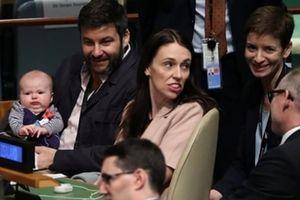 Nữ Thủ tướng New Zealand gây sốt khi bế con đến họp LHQ