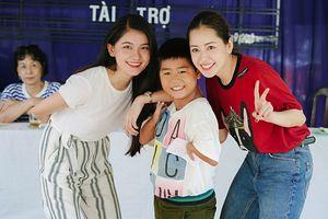 Chi Pu cùng Á hậu Thùy Dung đi trao quà cho trẻ em khuyết tật