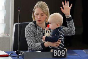 Các nữ nghị sĩ chăm con nhỏ giữa Nghị viện châu Âu và LHQ
