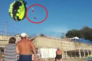 Clip: Dân gào thét nhìn đôi nam nữ bị điện giật khi nhảy dù
