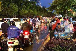 Mưa lớn, người Hà Nội nhăn mặt vì tắc đường khắp nơi
