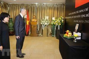 Lãnh đạo Lào, Thủ tướng Singapore viếng và ghi sổ tang Chủ tịch Nước Trần Đại Quang