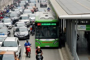 BRT Hà Nội cào đường nhựa, đổ bê tông: Phản cảm