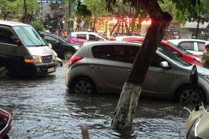 Nhiều tuyến phố Hà Nội ngập kinh hoàng, đường xá kẹt cứng sau mưa lớn giờ tan tầm