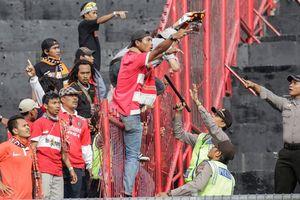Đình chỉ giải hàng đầu Indonesia vì bạo lực tràn lan