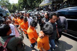 Cổ động viên bị đánh tử vong, giải bóng đá Indonesia hoãn vô thời hạn!