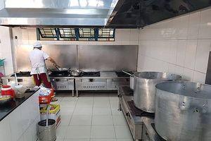 Bữa ăn trưa ở trường tiểu học chuẩn quốc gia được tổ chức ra sao?