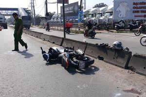 Liều mạng chạy vào làn ô tô, 2 thanh niên gặp nạn