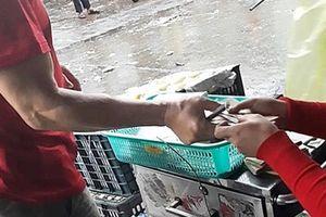 Cần xem xét trách nhiệm Ban quản lý chợ Long Biên để xảy ra 'bảo kê'?