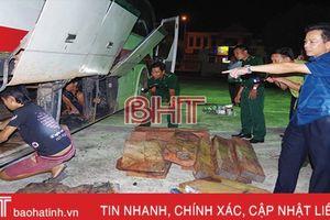 Hà Tĩnh bắt xe khách chở gỗ lậu, pháo nổ từ Quảng Trị ra Nghệ An