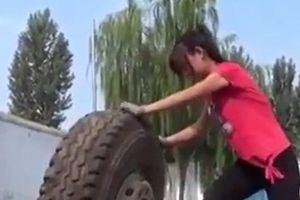 Ngả mũ trước người đàn bà chuyên 'điều trị' lốp xe tải hạng nặng