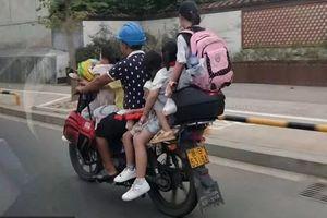 Thót tim người đàn ông kẹp 5 cháu bé đầu trần đi xe máy