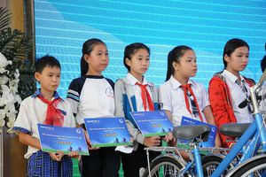 Trao tặng học bổng 'An sinh giáo dục - Xe đạp đến trường