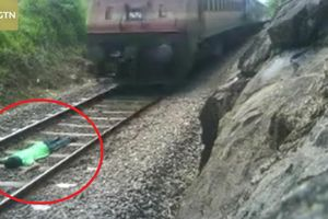 Clip: Nam thanh niên liều chết nằm dưới đường ray cho tàu chạy qua