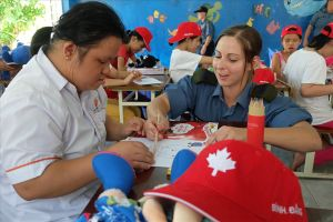 Hải quân Canada trao quà cho trẻ em nhiễm chất độc da cam Đà Nẵng