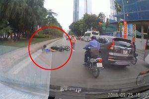 Chạy xe máy lạng lách, nam thanh niên đầu trần lĩnh hậu quả nhớ đời