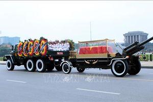 Xe tang Chủ tịch nước Trần Đại Quang đi qua các tuyến phố Hà Nội