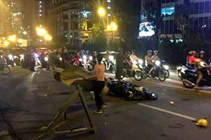 Sắt từ công trình cao tầng rơi trúng người đi đường khiến 2 người thương vong