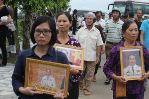 Hàng ngàn người dân Ninh Bình chờ đợi linh cữu Chủ tịch nước Trần Đại Quang