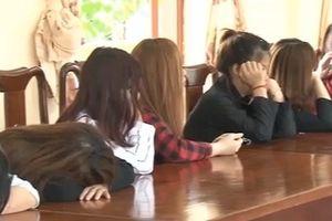 Đột kích 'động' múa hát khiêu dâm tại quán karaoke 'Hoa Mùa Thu'